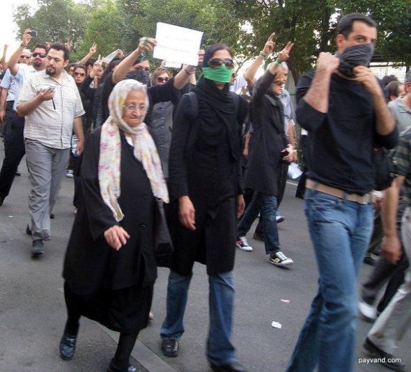 یک مادربزرگ شیرزن در تظاهرات ۱۸ تیر
